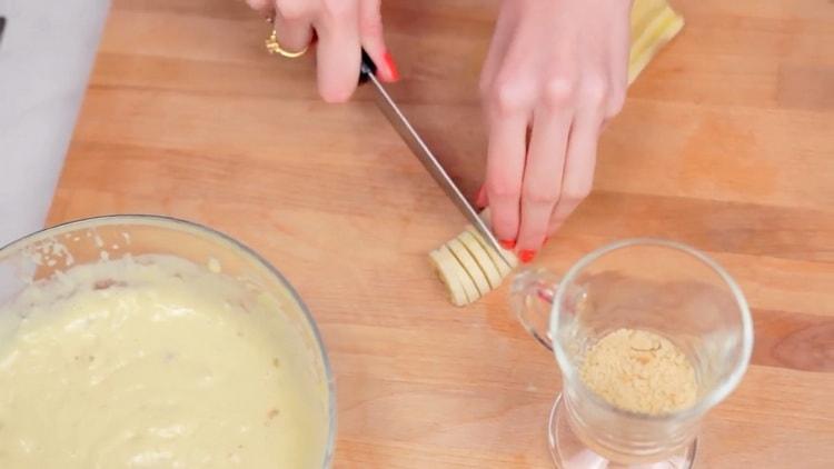 Для приготовления пудинга нарежьте банан