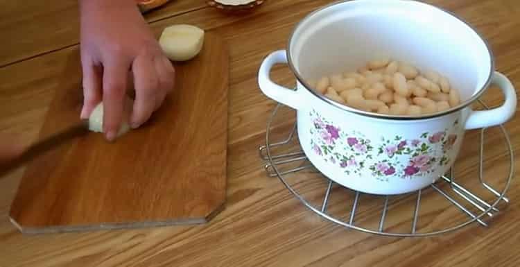 Для приготовления блюда, нарежьте лук