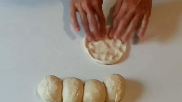 Для приготовления беляшей приготовьте лепешку