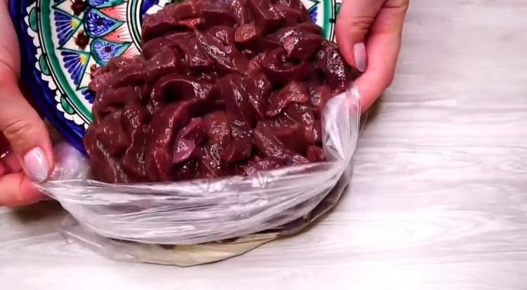Для приготовления бефстроганова, нарежьте печень