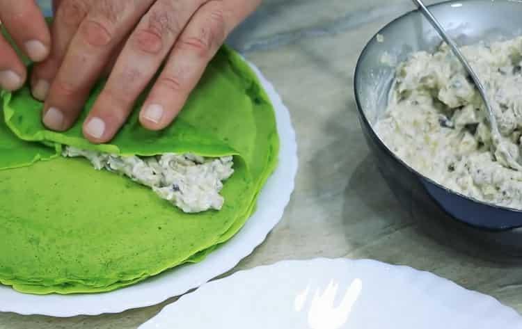 Для приготовления блюда, вылождите начинку на тесто