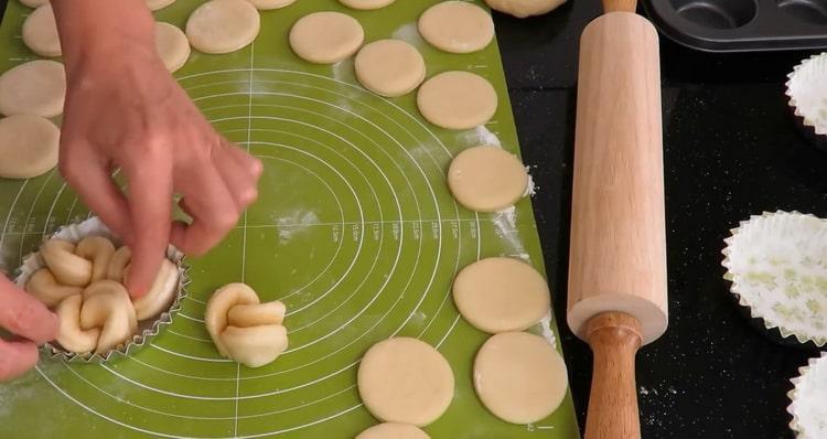 Для приготовления булочек с сахаром сформуйте тесто