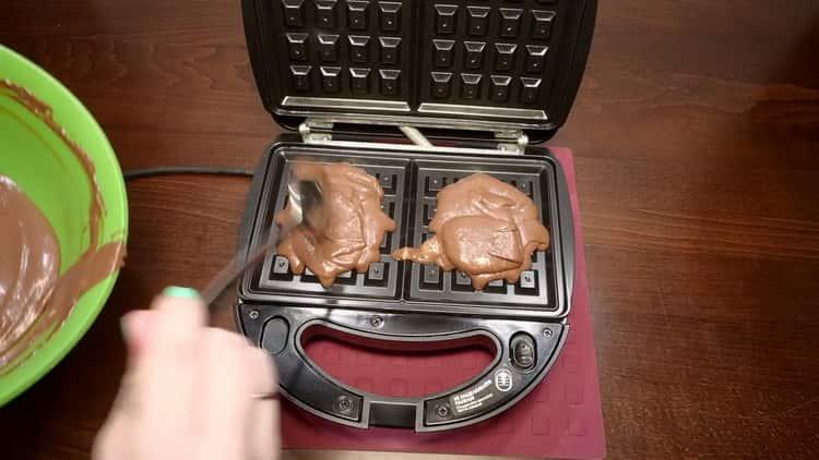 Для приготовления вафель выложите тесто