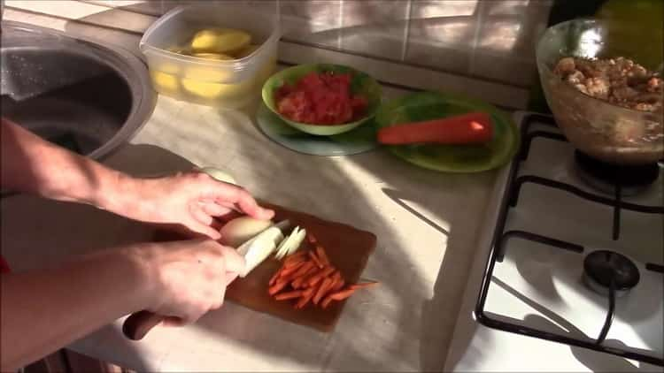 Для приготовления нарежьте морковь