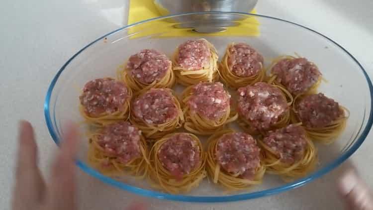 Для приготовления блюда, выложите фарш на макароны