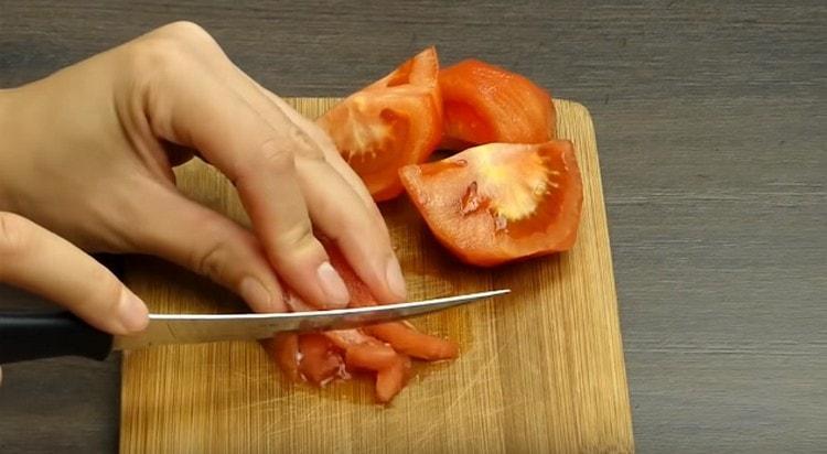 Измельчаем ножом помидоры.