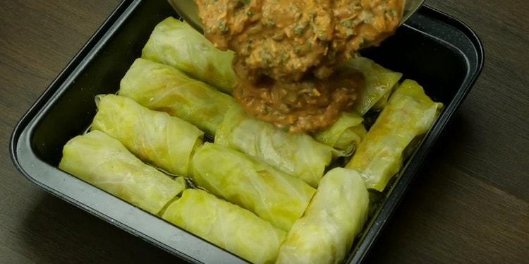 Покрываем получившимся овощным соусом голубцы и возвращаем их в духовку.