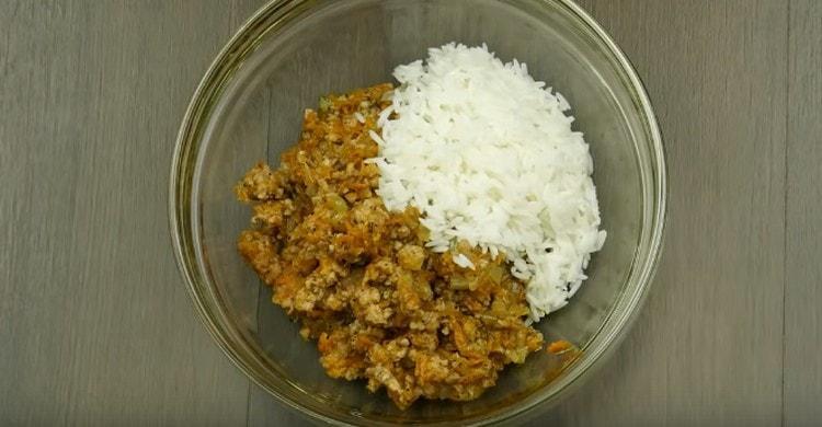 Фарш перемешиваем с рисом.