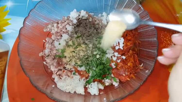 Для приготовления голубцов соедините все ингредиенты для приготовления фарша