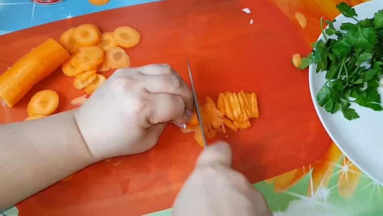 Для приготовления голубцов нарежьте морковь