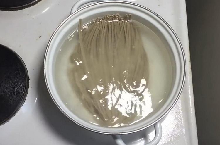 Для приготовления лапши отварите лапшу