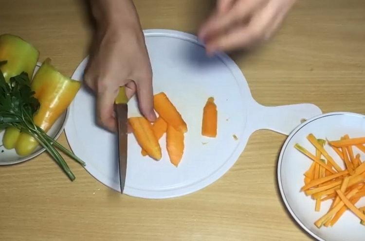 Для приготовления лапши нарежьте морковь