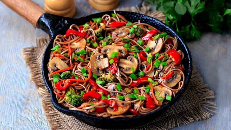 гречневая лапша с овощами готова