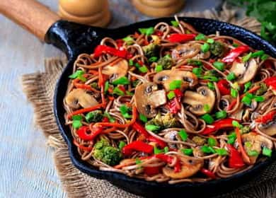 Гречневая лапша с овощами и шампиньонами — легкое, сытное и красочное вегетарианское блюдо 