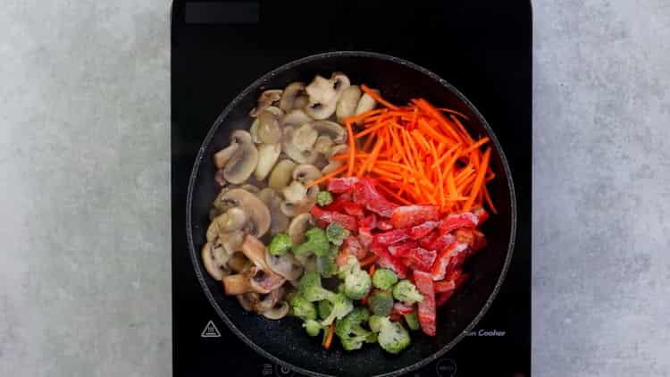 Для приготовления гречневой лапши с овощами обжарьте овощи