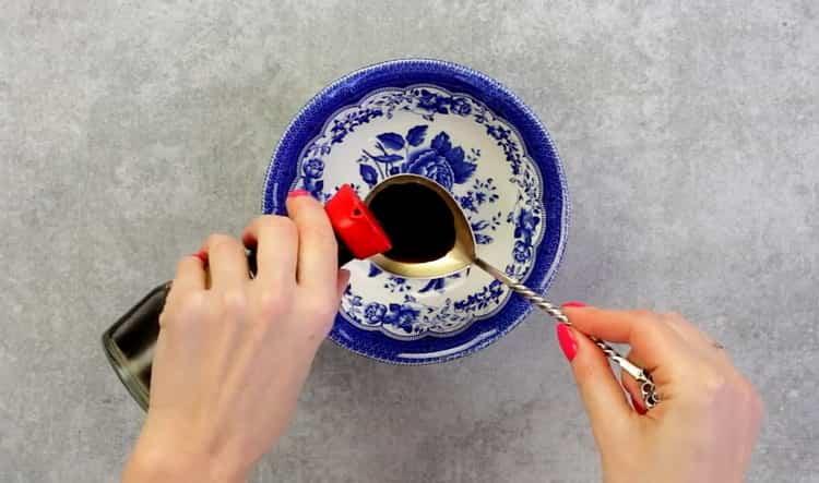 Для приготовления гречневой лапши с овощами добавьте соевый соус