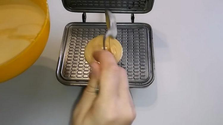 Для приготовления домашних вафель выложите тесто на вафельницу