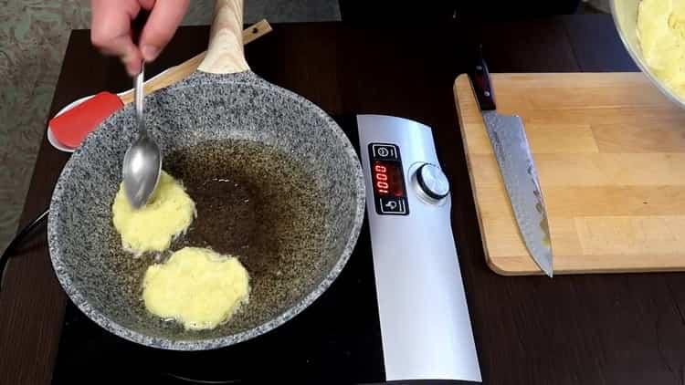 Для приготовления драников выложите ингредиенты в сковородку