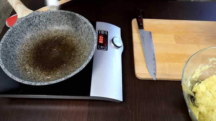 Для приготовления драников разогрейте сковородку