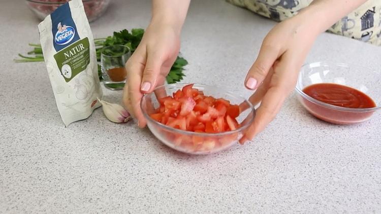 Для приготовления драников нарежьте помидоры