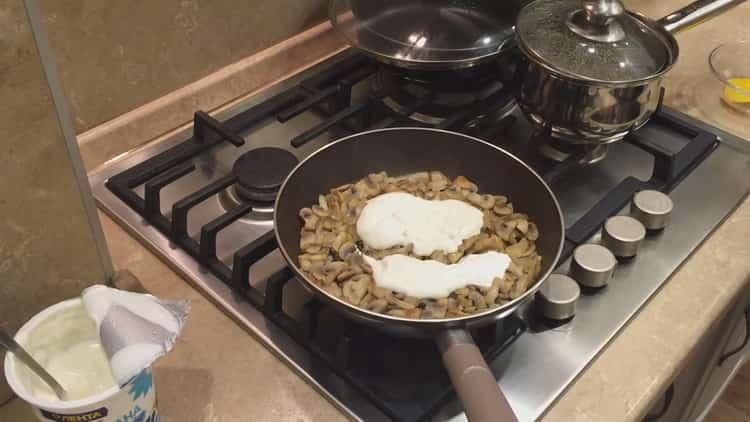 Для приготовления жульена в тарталетках добавьте сметаны