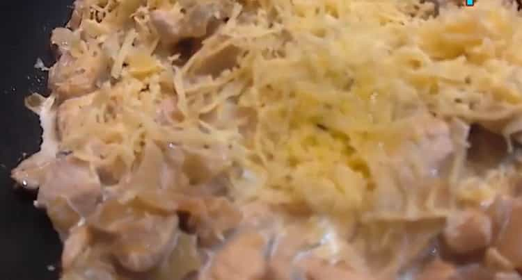 Для приготовления жульена положите сыр