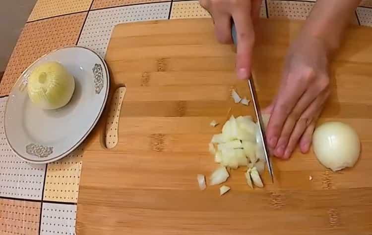 Для приготовления жульена нарежьте лук