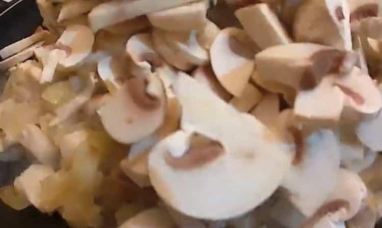 Для приготовления жульена обжарьте грибы