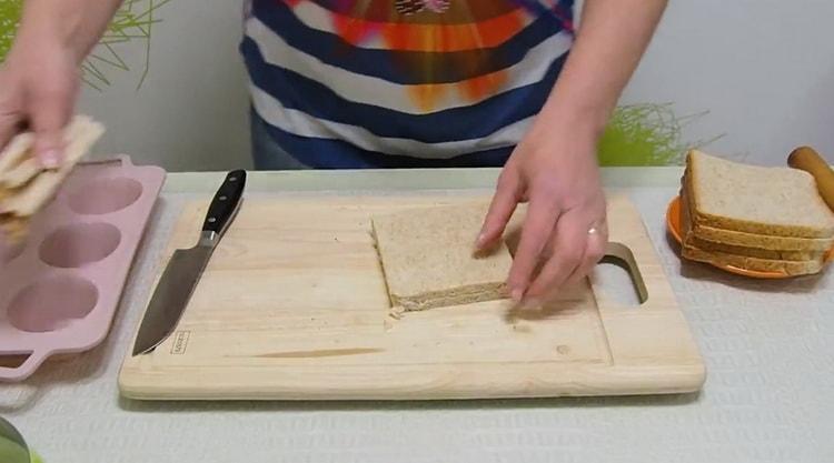 Для приготовления жульена обрежьте хлеб