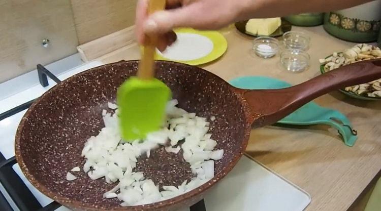 Для приготовления жульена обжарьте лук