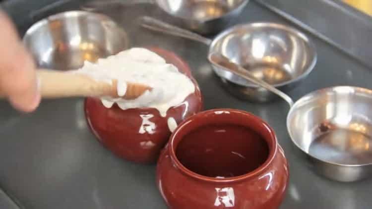Для приготовления жульена выложите ингредиенты в посуду