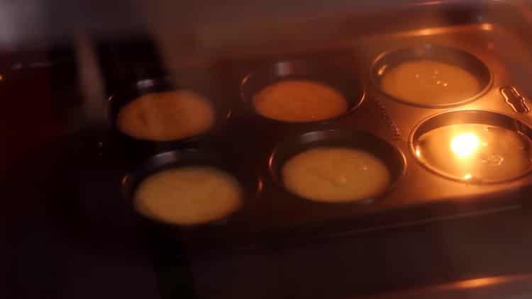 Для приготовления пудинга, разогрейте духовку