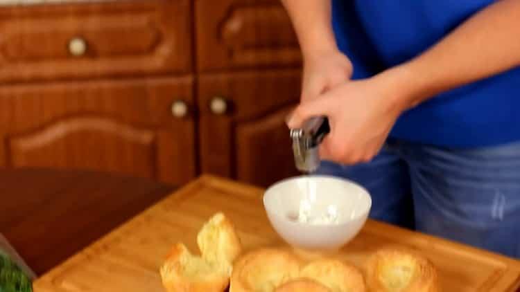 Для приготовления пудинга, подготовьте чеснок