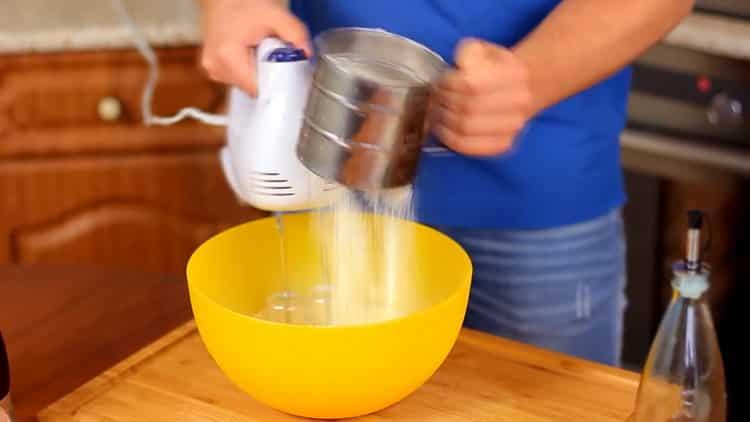 Для приготовления пудинга, добавьте муку