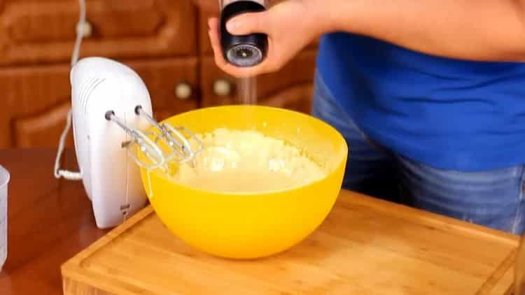 Для приготовления пудинга, добавьте соль