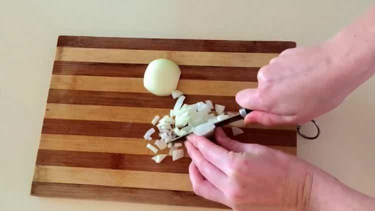 Для приготовления чечевицы нарежьте лук