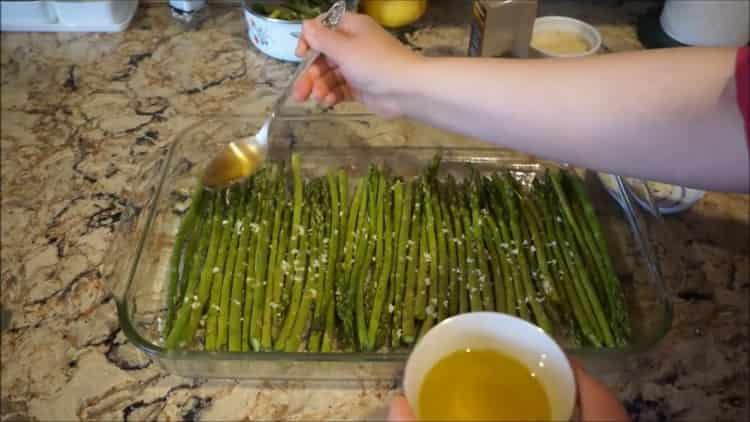 Как приготовить зеленую спаржу, запечённую в духовке с чесноком и пармезаном