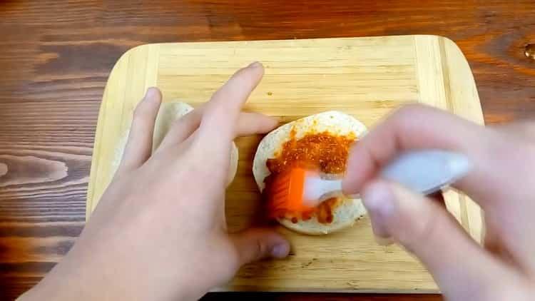 Для приготовления бургера, промажьте булку