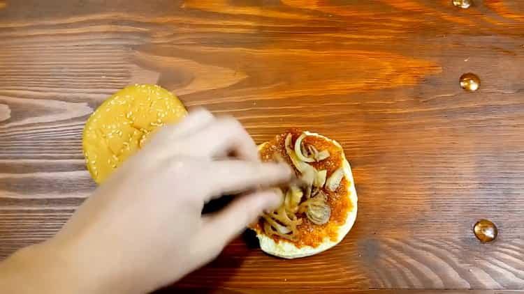 Для приготовления бургера, выложите лук на булку