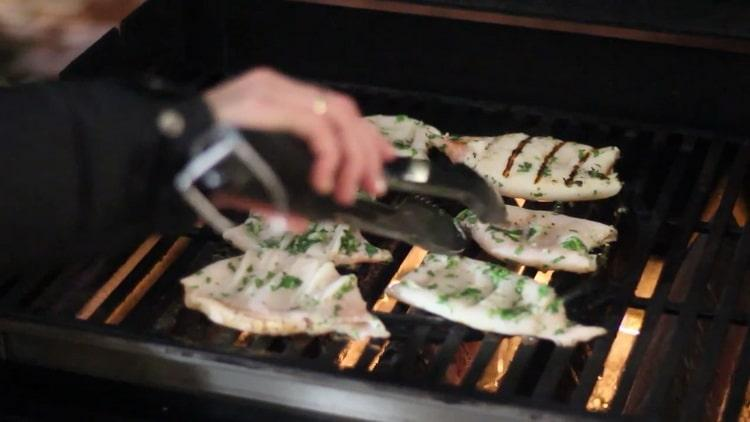 Для приготовления кальмара обжарьте ингредиенты