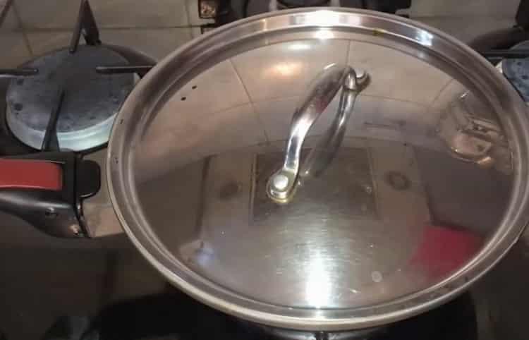 Для приготовления блюда накропайте ингредиенты крышкой