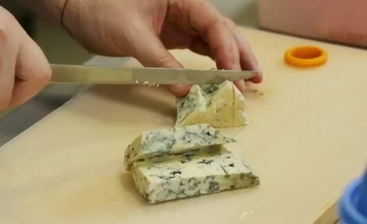 Для приготовления блюда нарежьте сыр