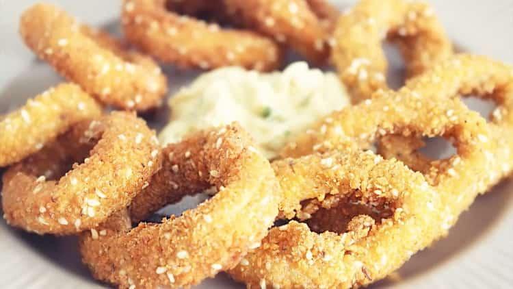 Кольца кальмаров в кляре со сметанным соусом - рецепт вкусной закуски за 10 минут