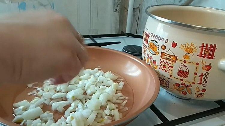 Для приготовления супа с лапшой обжарьте лук