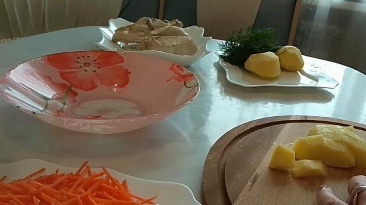 Для приготовления супа с лапшой нарежьте картофель