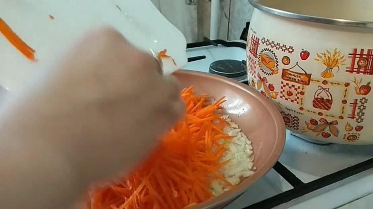 Для приготовления супа с лапшей обжарьте овощи