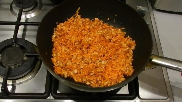 Для приготовления лазаньи добавьте томатную пасту