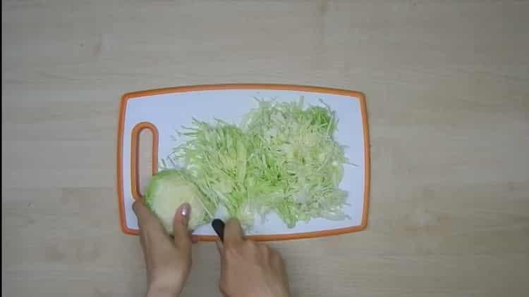 Для приготовления лазаньи нарежьте капусту