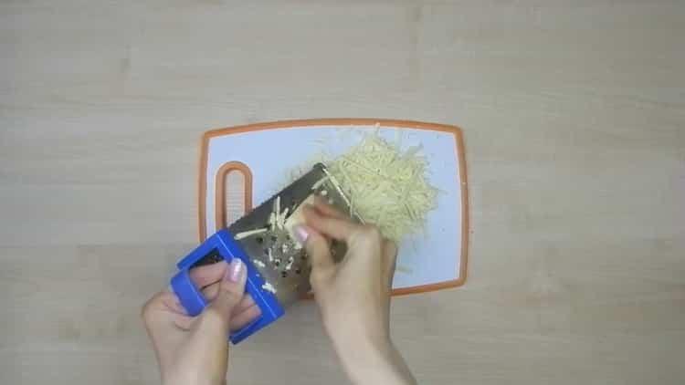 Для приготовления лазаньи натрите сыр