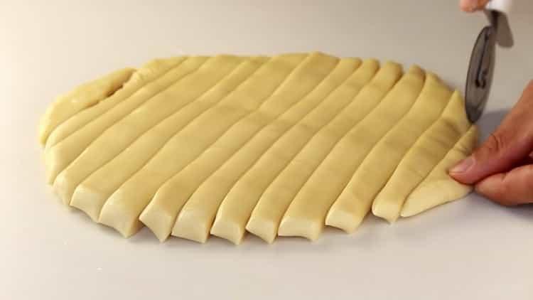 Для приготовления лапши для лагмана нарежьте тесто